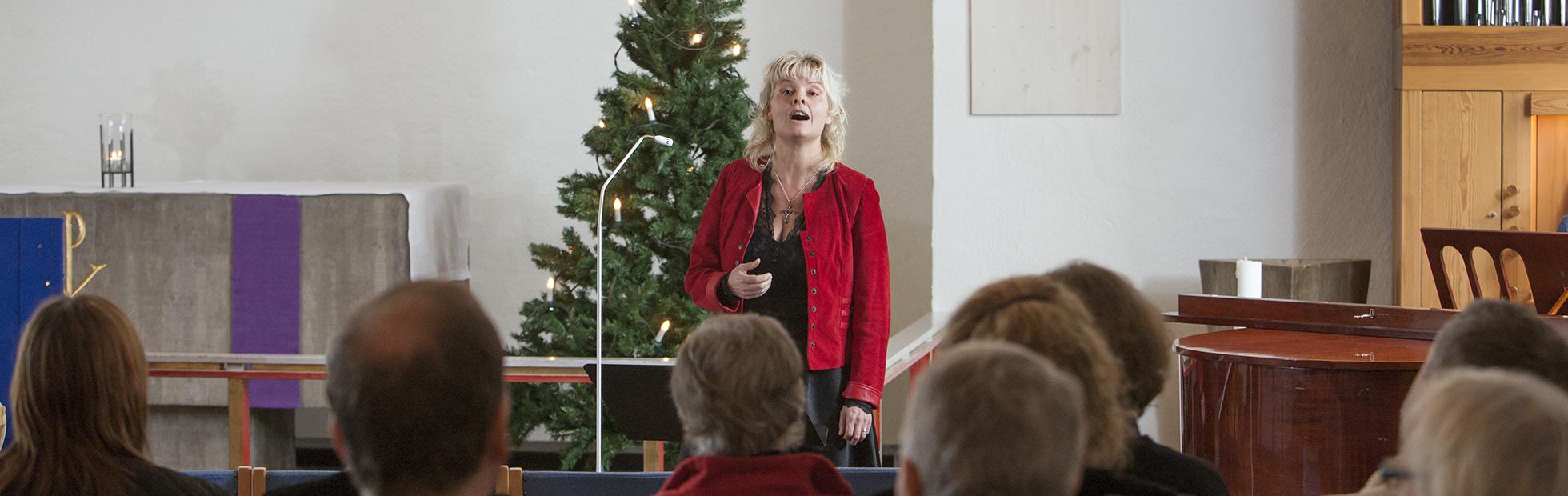 Christina Froh sjunger julsånger i Högåskyrkan i Tibro.